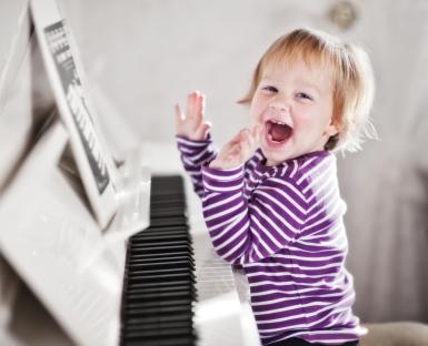 kids-playing-piano 4 lop hoc piano cho tre em o dong da giao vien nhac vien hoang van art