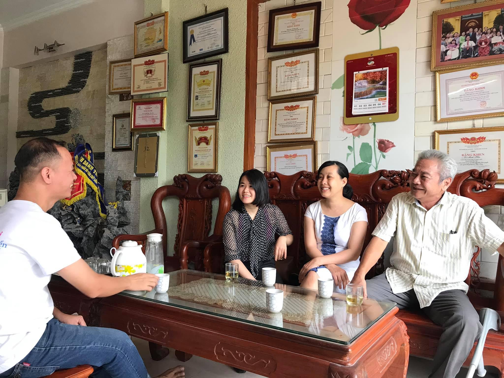 Cuộc trao đổi giữa thầy cô Hoang Van Art và các cô chú quản lý của Vì Ngày Mai. Nguồn: Hoang Van Art